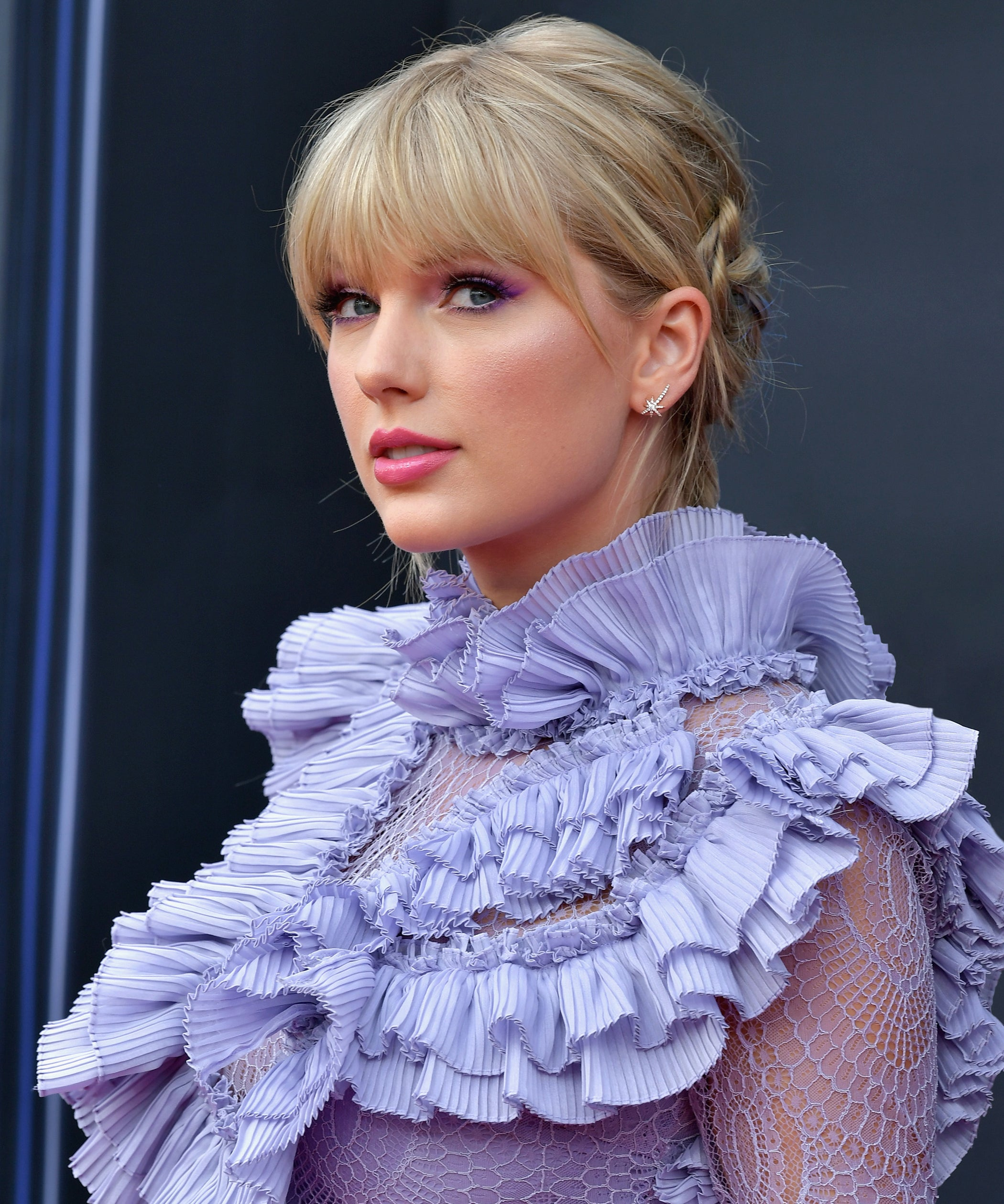 Taylor Swift Wore Curly Bangs At Acm Awards Performance