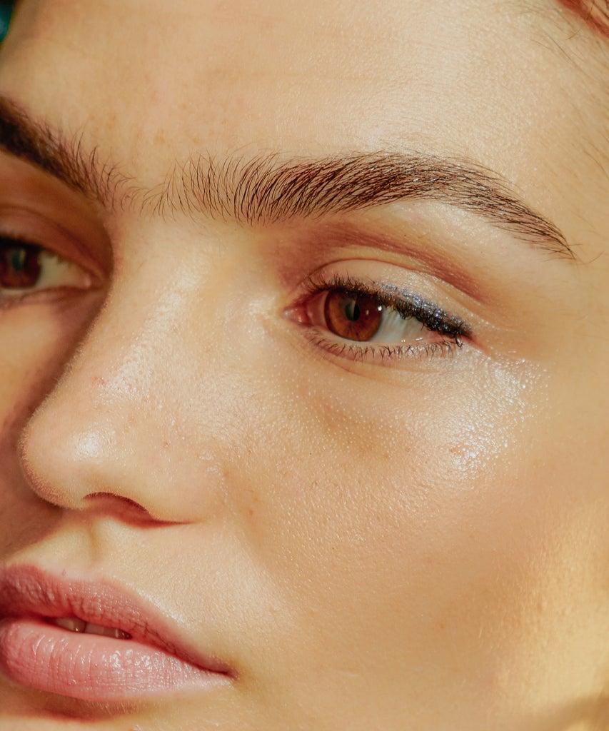 So färbst du deine Augenbrauen selbst (ohne es danach zu bereuen)