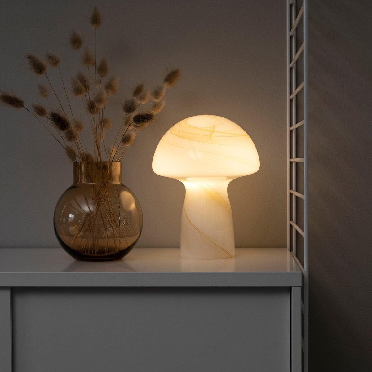 10 Statement-Tischlampen, die mehr können als nur leuchten