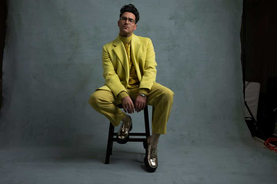 Dan Levy in a Valentino chartreuse suit at the Golden Globes.
