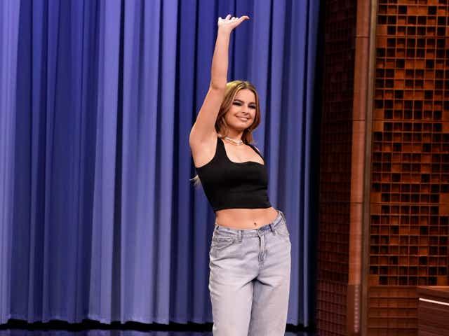 Singer Addison Rae teaches host Jimmy Fallon TikTok dances.