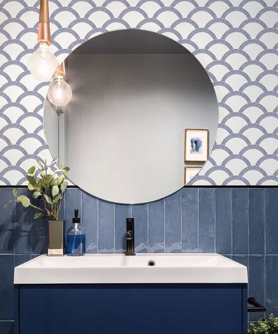Blue and white pattern pasted paper wallpaper.