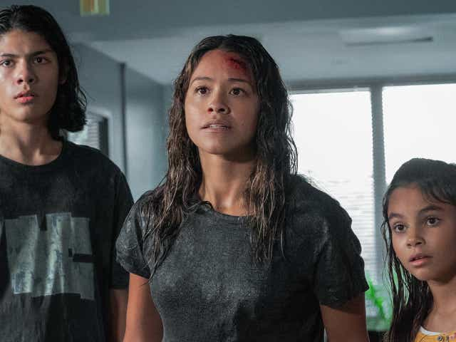Lucius Hoyos as Noah, Gina Rodriguez as Jill, Ariana Greenblatt as Matilda in Awake.