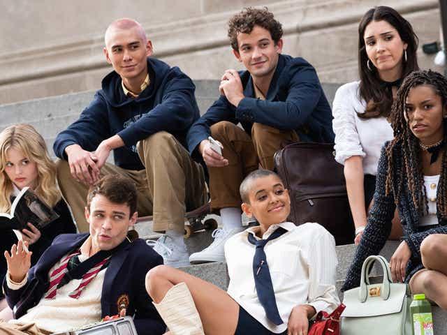 """Evan Mock, Eli Brown, Zión Moreno, Emily Alyn Lind, Thomas Doherty, Jordan Alexander and Savannah Lee Smith filming """"Gossip Girl""""."""