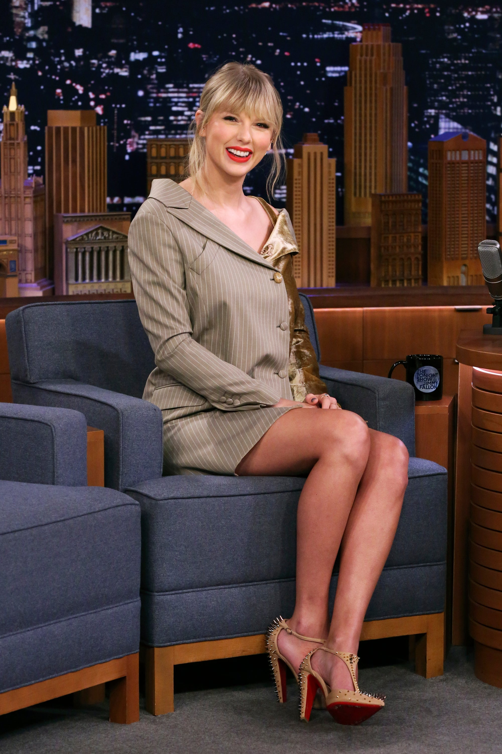 Taylor Swift Cries Over A Banana In Hilarious Post-Surgery Footage